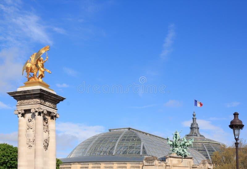 Alexandre III bro och taket av den storslagna Palaisen (Paris, Frankrike) arkivbild