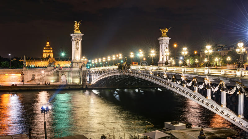 Alexandre III brug bij nacht in Parijs stock afbeelding