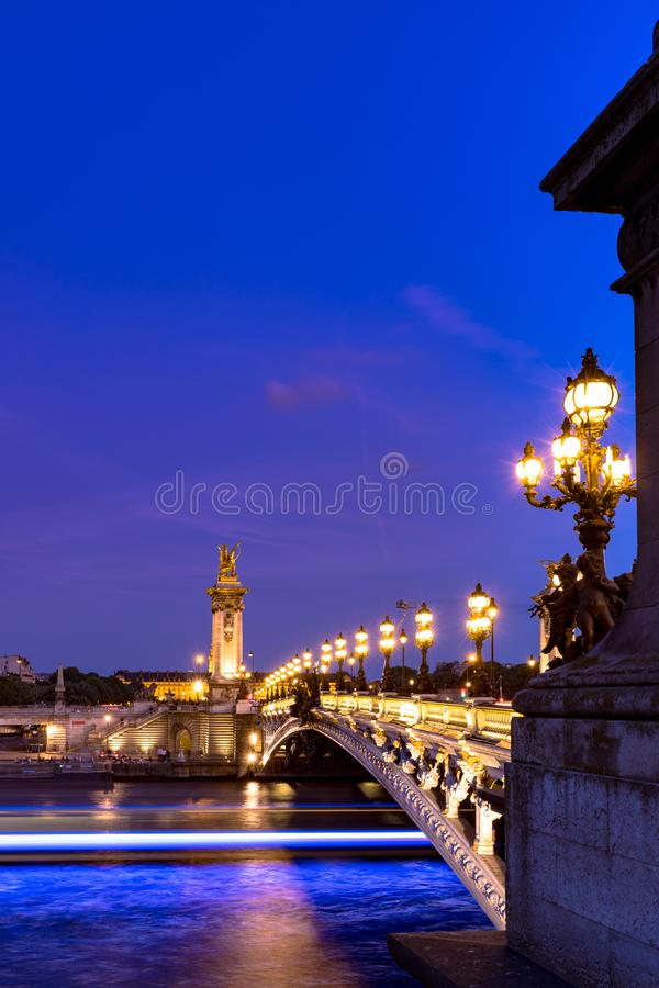 Alexandre III brug bij nacht in Parijs stock foto's