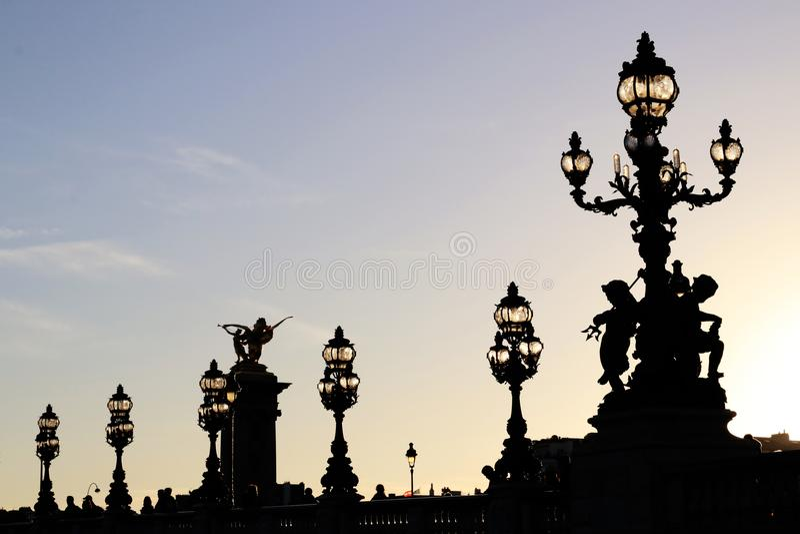 Alexandre III de postensilhouetten van de bruglamp bij schemer in Parijs Frankrijk stock afbeeldingen