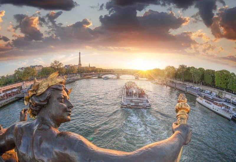 Alexandre III most w Paryż przeciw wieży eifla z łodzią na wontonie, Francja zdjęcia royalty free