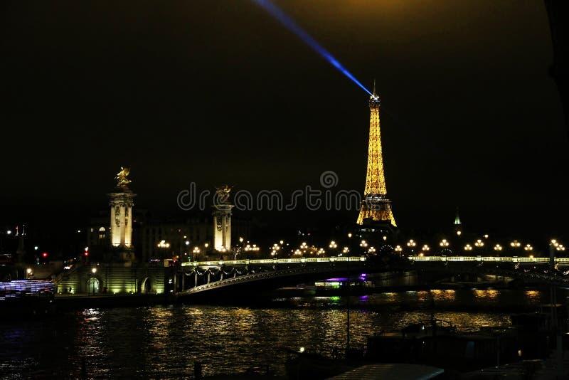 Alexandre III most w Paryż z wieżą eifla w tle obrazy stock