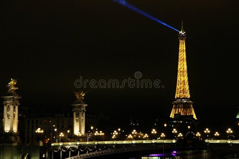 Alexandre III most w Paryż z wieżą eifla w tle obraz royalty free