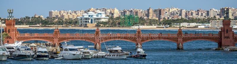 17/11/2018 Alexandrië, Egypte, mening van de dijk van de oude stad op de Mediterrane kust stock afbeelding