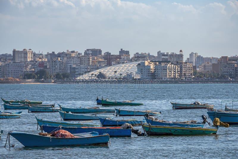 16 11 2018 Alexandria, Egypten, sikt från stadens sjösida till det moderna nationella arkivet royaltyfri bild