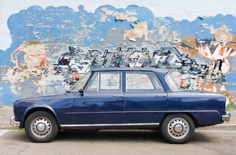 Alfa clássico Romeo Julia com grafittis no fundo, Haia, Países Baixos fotografia de stock royalty free