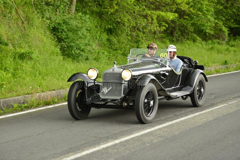 Alfa Romeo-Auto, das in Mille Miglia-Rennen läuft stockbild