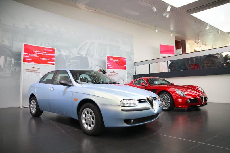 Alfa Romeo 156 och modeller för 8C Competizione på skärm på det historiska museet Alfa Romeo arkivfoton