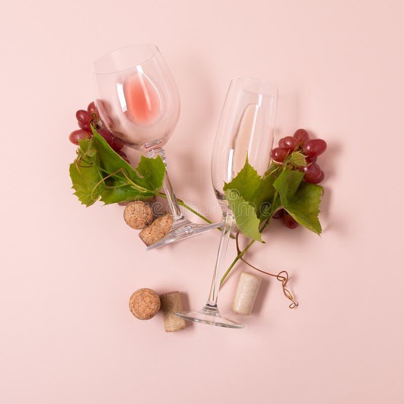 Alfabet Brief Y van wijnglazen met roos en witte wijn, druiven wordt de gemaakt, verlaat en kurkt het liggen op roze achtergrond  royalty-vrije stock afbeeldingen