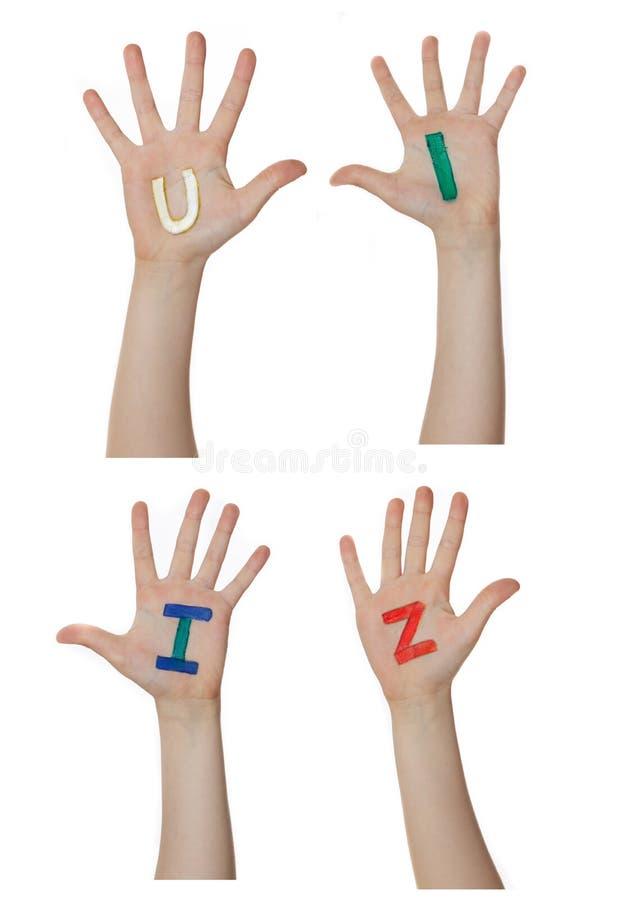 Alfabet (brieven) op kinderenhanden die wordt geschilderd Neemt op handen toe stock afbeeldingen
