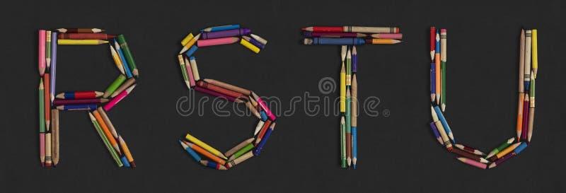 Alfabet - brieven: R S T U, alfabet van kleurrijke gebruikte potloden wordt gemaakt dat stock afbeelding