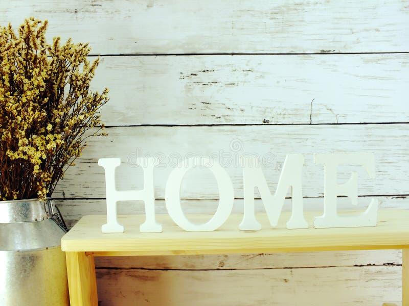 alfabet för hembokstavsord med torkade blommor på träbakgrund arkivfoto