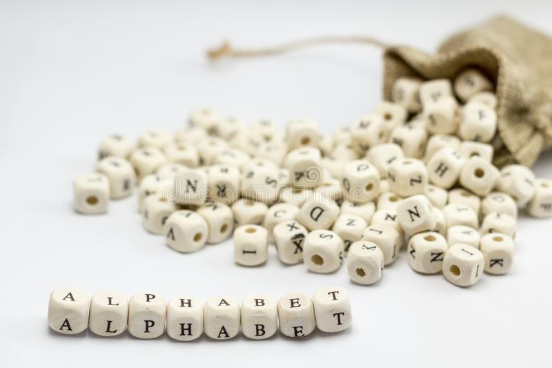 Alfabet met houten kubussen wordt geschreven die royalty-vrije stock afbeelding