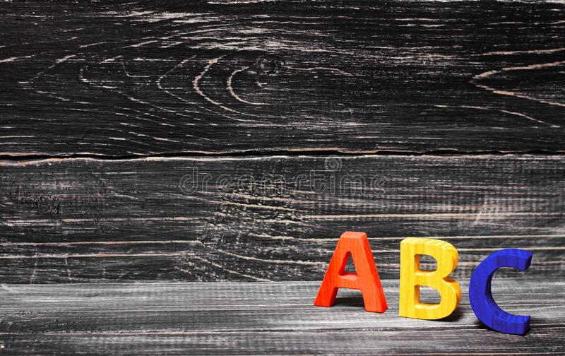 Alfabet van hout op de achtergrond van een raad wordt gemaakt, ebbehout dat royalty-vrije stock foto's