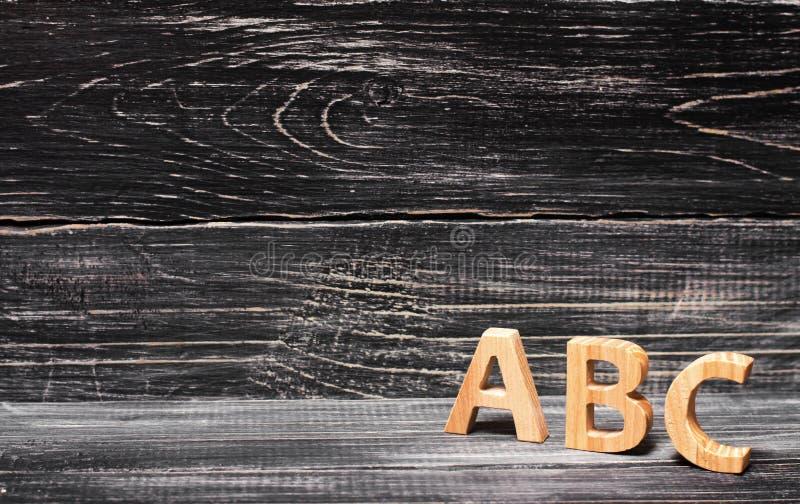 Alfabet van hout op de achtergrond van een raad wordt gemaakt, ebbehout dat royalty-vrije stock fotografie