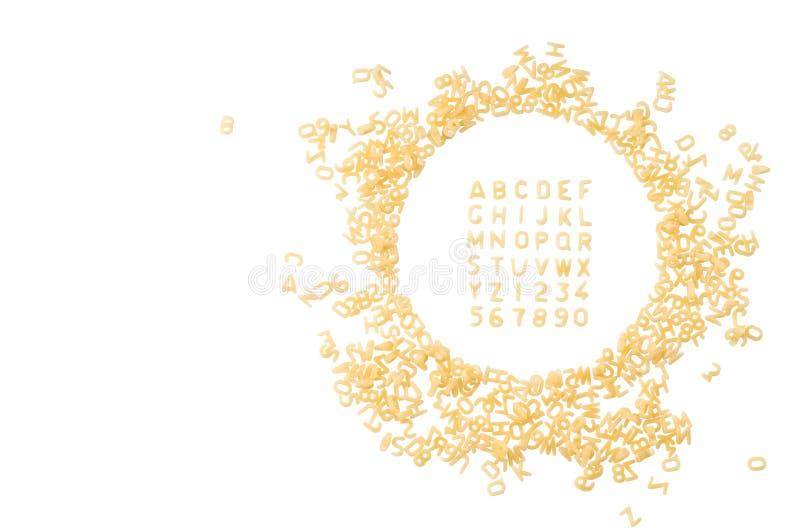 Alfabet van macaronibrieven wordt op witte achtergrond w worden geïsoleerd gemaakt dat stock fotografie