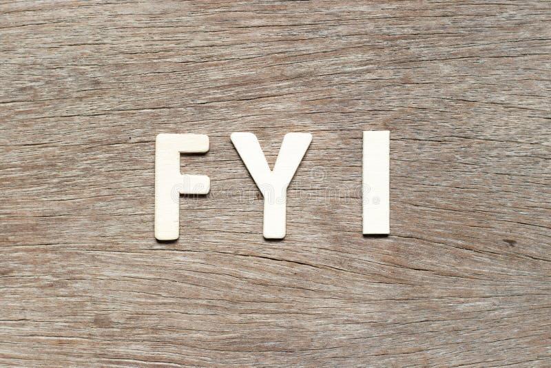 Alfabet in woord FYI Afkorting voor uw informatie over de achtergrond van hout stock foto's