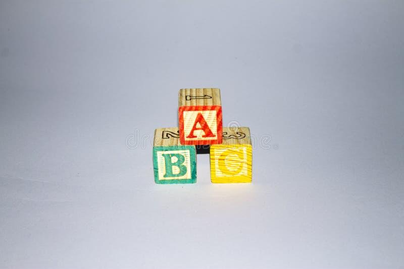 alfabetet blockerar tr? royaltyfri bild