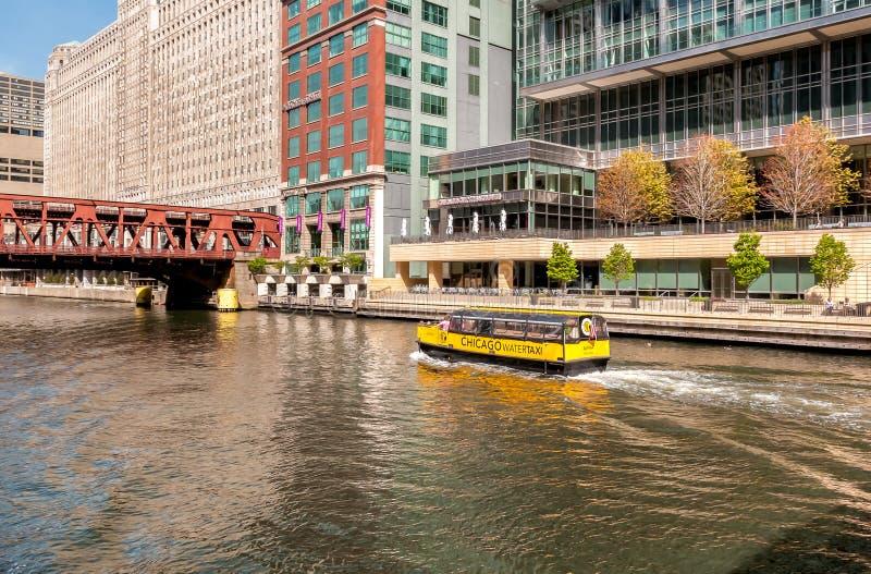 Alfabetisken för den Chicago vattentaxien bär passagerare längs Chicagoet River i dagen royaltyfri fotografi