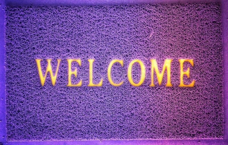 Alfabeto agradable en el fondo violeta del modelo de la textura del color imagen de archivo