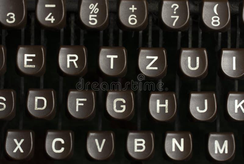 Alfabeto blanco en el viejo tipo escritor del marrón del vintage para escribir docu imagen de archivo