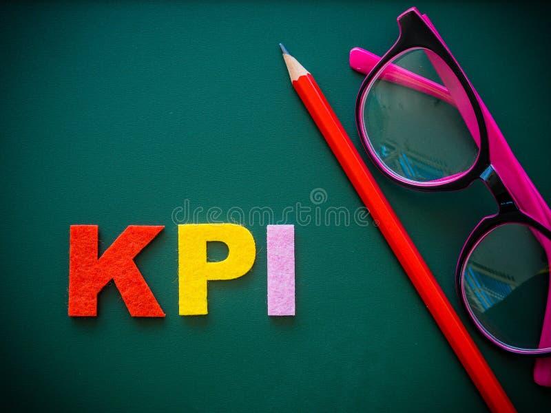 Alfabeto de KPI com lápis vermelho e vidros cor-de-rosa foto de stock royalty free