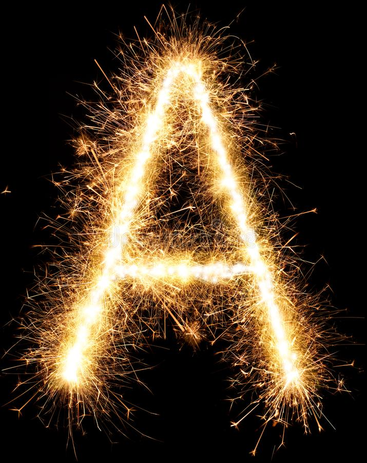 Alfabeto A de la luz del fuego artificial de la bengala en negro foto de archivo