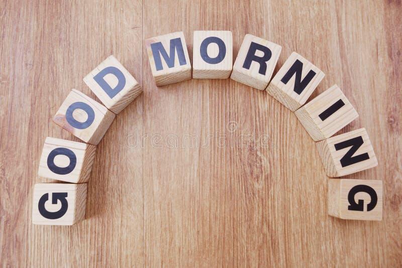 Alfabeto de madeira da letra do bom dia no fundo de madeira imagens de stock royalty free