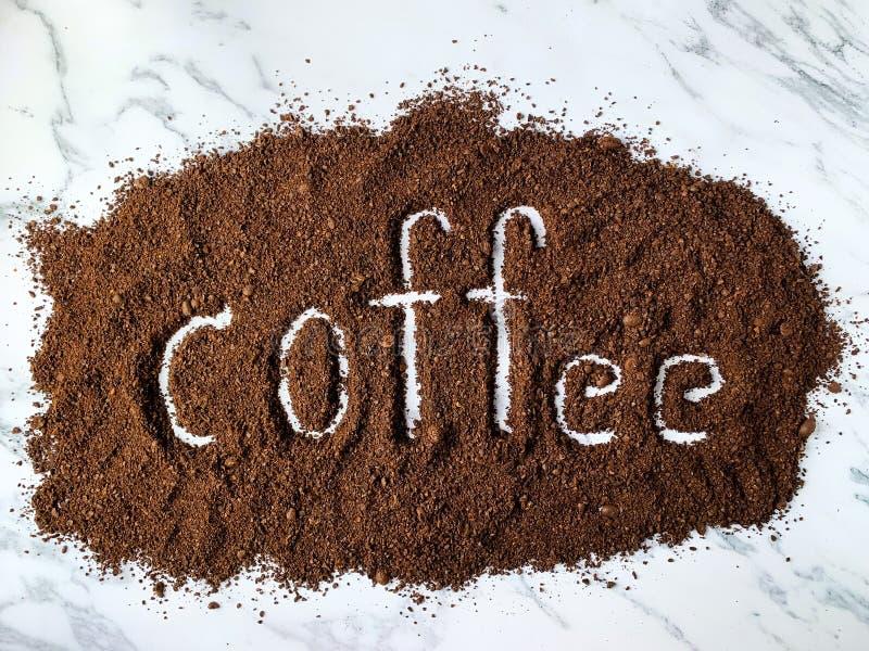 Alfabeto del café hecho de las habas del café asado y molido aisladas en el fondo blanco imagenes de archivo
