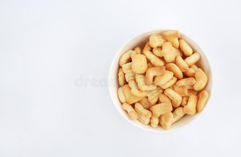 Alfabeto della lettera di ABC del biscotto o del cracker in ciotola con lo spazio della copia su fondo bianco fotografia stock libera da diritti