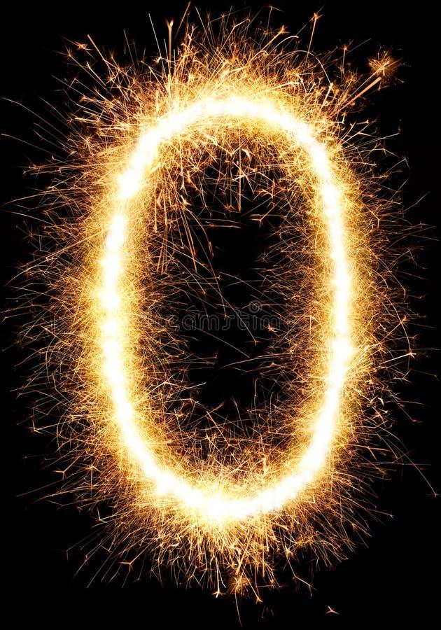 Alfabeto O della luce del fuoco d'artificio della stella filante e numero zero isolato sul nero fotografia stock