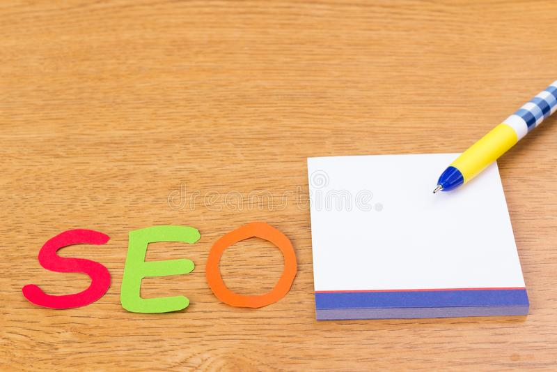 Alfabeto SEO con el cuaderno y la pluma imagen de archivo libre de regalías
