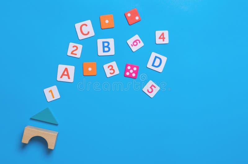Alfabeto y número del juguete el enseñar casero en azul imagenes de archivo