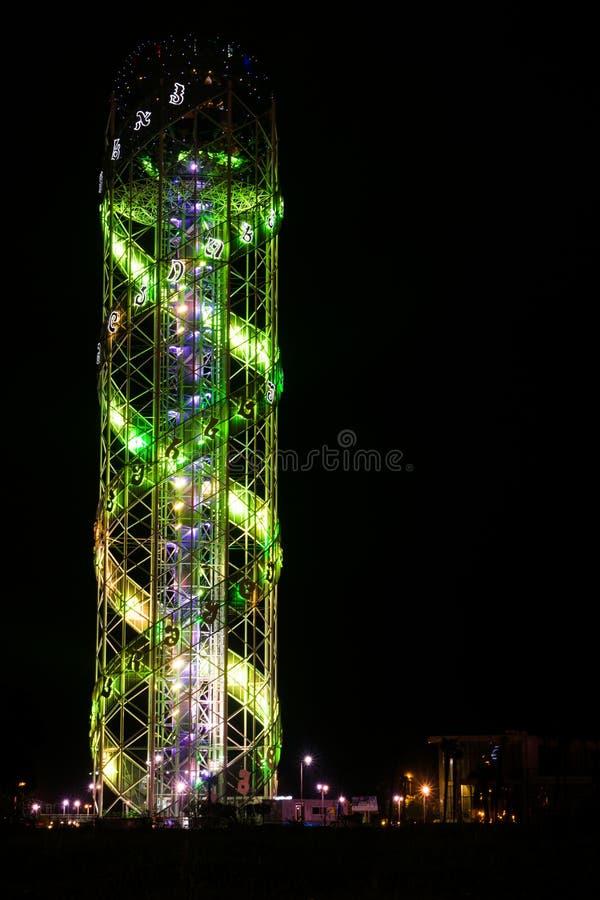 Alfabettorn p? natten i batumi royaltyfri foto