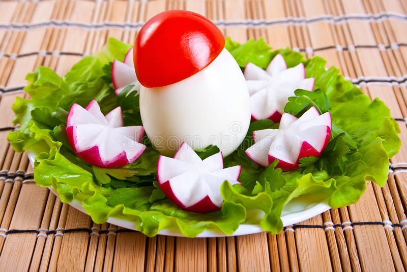 A alface, as flores do radish e os ovos no formulário crescem rapidamente. fotos de stock