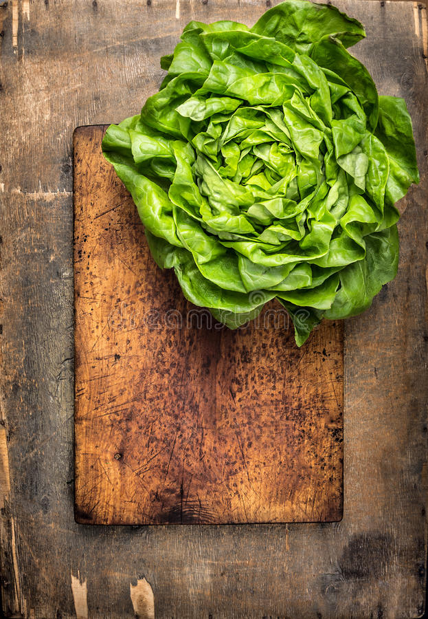 Alface fresca na placa de corte e na tabela de madeira, fundo do alimento fotos de stock royalty free