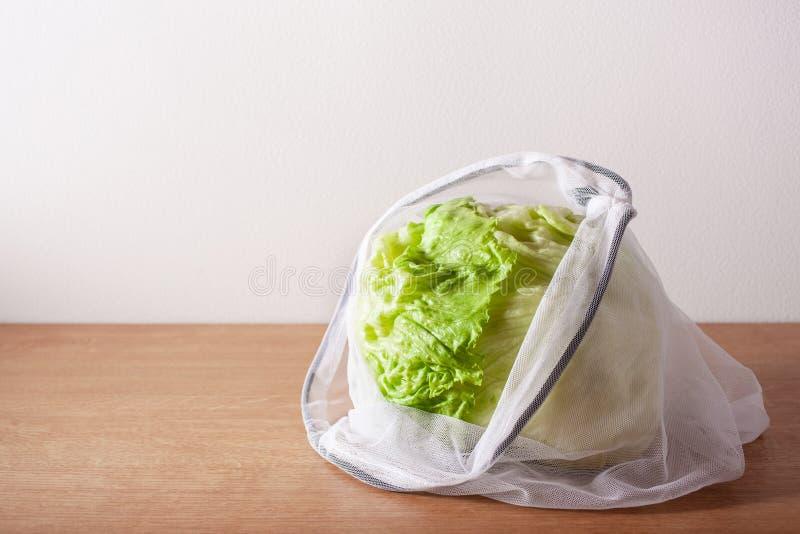 Alface no saco de nylon da malha reusável, conceito zero livre plástico do desperdício fotos de stock