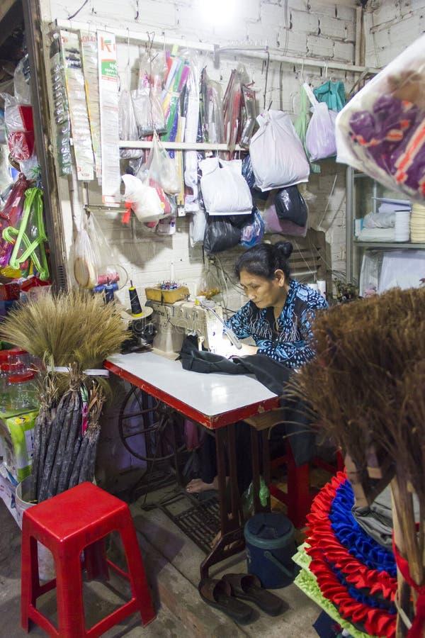 Alfaiate no mercado molhado de Siem Reap Camboja fotografia de stock