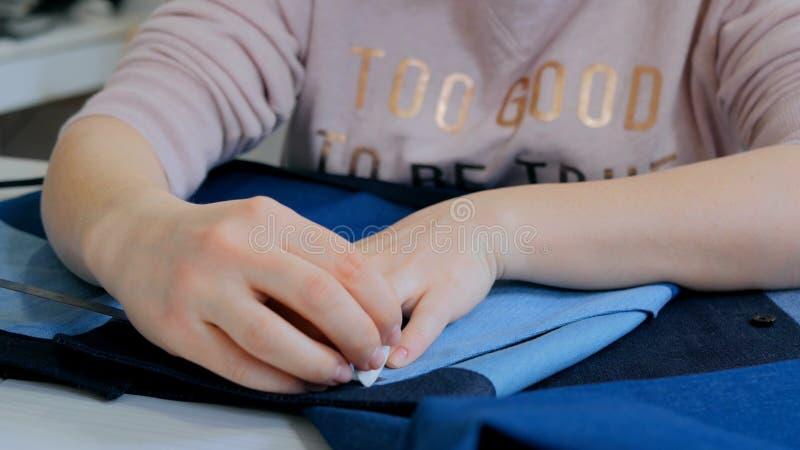 Alfaiate profissional, revestimento de medição do terno do desenhista para costurar na oficina fotografia de stock
