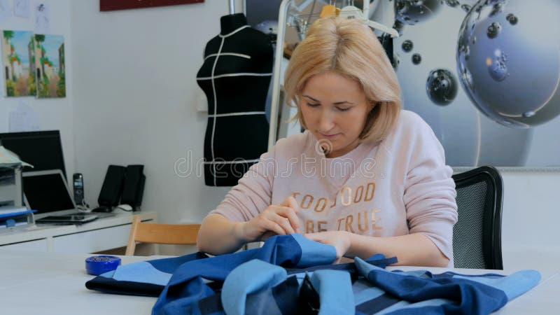 Alfaiate profissional, revestimento de medição do terno do desenhista para costurar na oficina fotos de stock royalty free