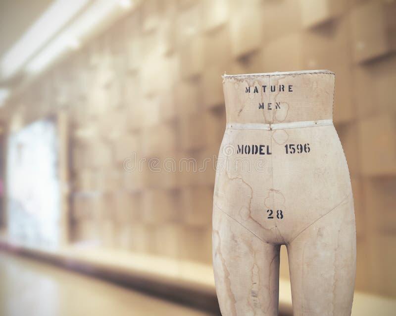 Alfaiates idosos manequim, vintage na sala de exposições, tom dos manequins da cor do vintage imagem de stock royalty free