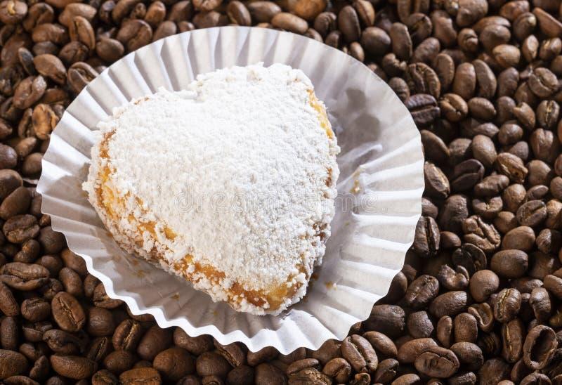 Alfajor z kawy centrum - Kierowy kształt obraz stock