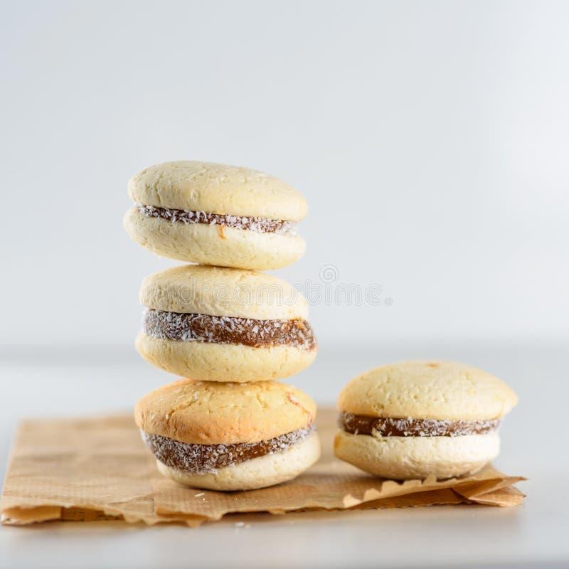 Alfajores, печенья shortbread заполненные с карамелькой и свернутые в кокосе стоковая фотография