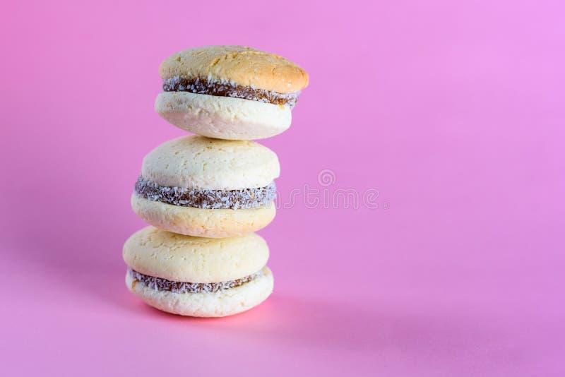 Alfajores m?rdegskakakakor som fylls med karamell och rullas i kokosn?t royaltyfri foto