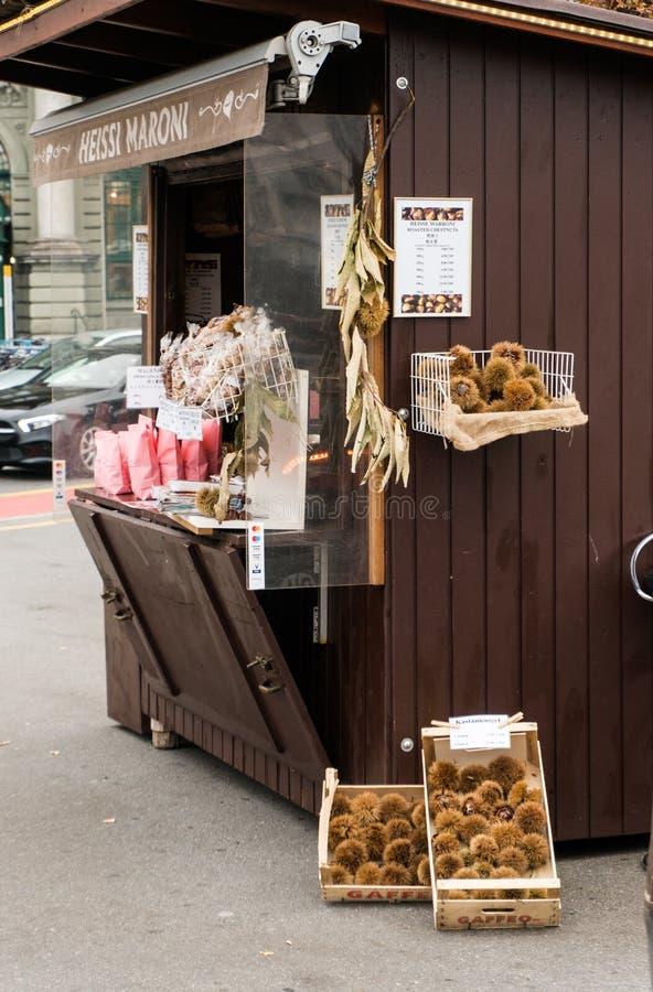 Alfalfa, LU/Suiza - 9 de noviembre de 2018: choza del vendedor de la castaña de las vacaciones en una plaza en el ofrecimiento de imagen de archivo