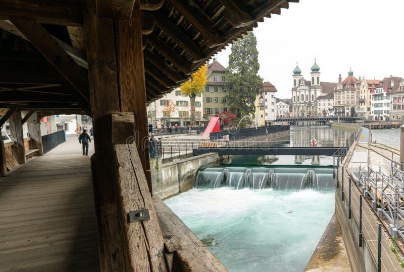 Alfalfa, LU/Suiza - 9 de noviembre de 2018: la ciudad suiza famosa del horizonte del paisaje urbano de Alfalfa e iglesia de la je fotos de archivo