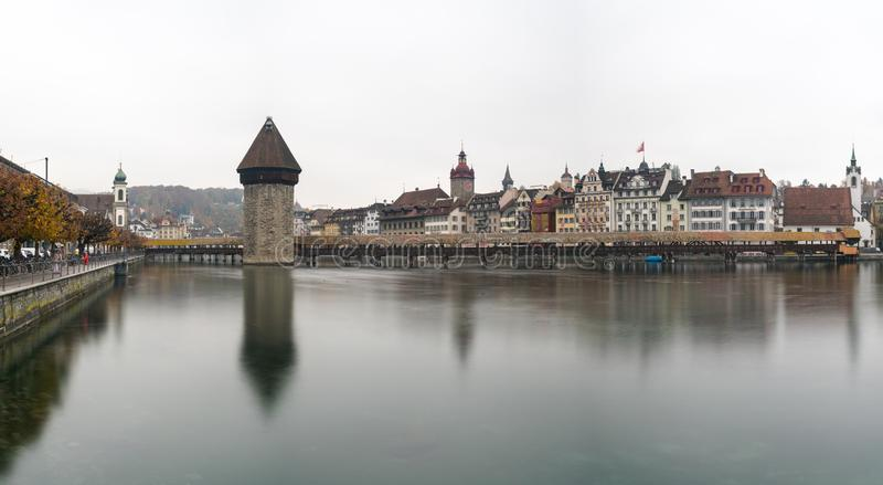 Alfalfa, LU/Suiza - 9 de noviembre de 2018: la ciudad suiza famosa del horizonte del paisaje urbano de Alfalfa y del puente de Ka fotografía de archivo libre de regalías
