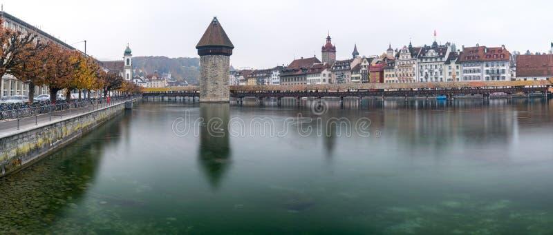 Alfalfa, LU/Suiza - 9 de noviembre de 2018: la ciudad suiza famosa del horizonte del paisaje urbano de Alfalfa y del puente de Ka foto de archivo libre de regalías
