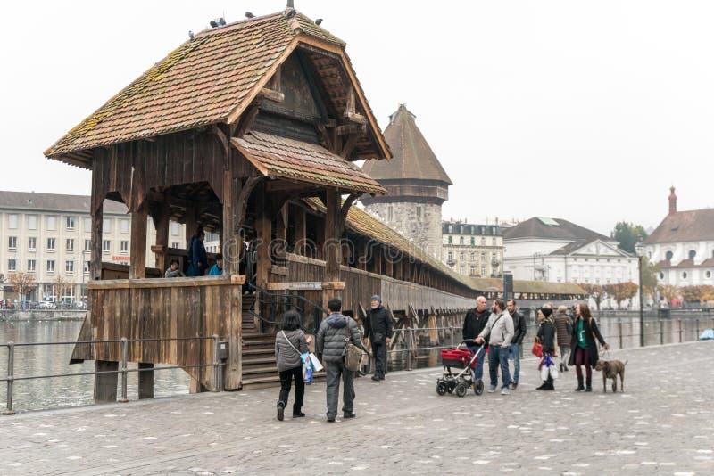 Alfalfa, LU/Suiza - 9 de noviembre de 2018: los turistas visitan la ciudad suiza famosa de Alfalfa y toman imágenes de ellos mism imágenes de archivo libres de regalías