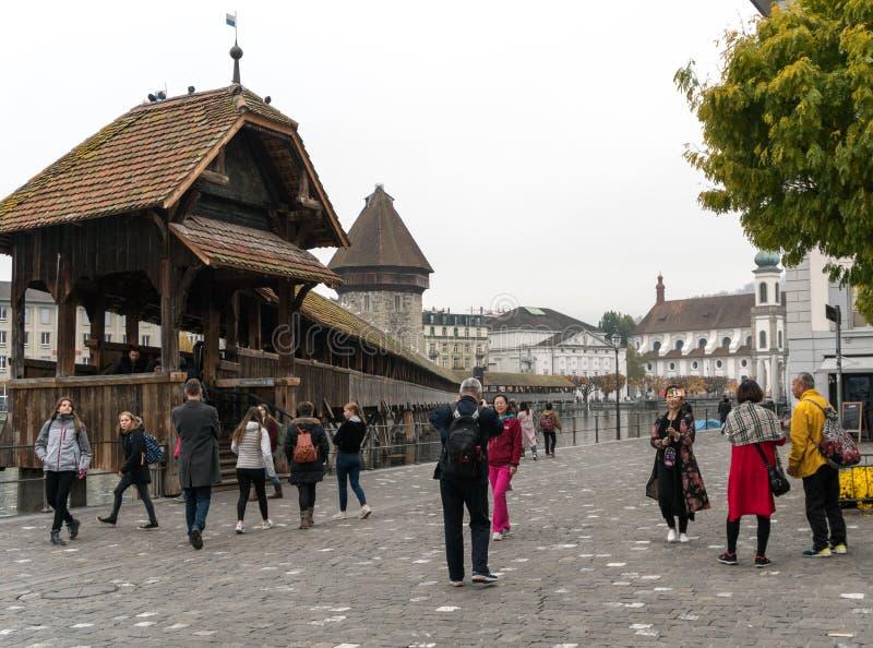 Alfalfa, LU/Suiza - 9 de noviembre de 2018: los turistas visitan la ciudad suiza famosa de Alfalfa y toman imágenes de ellos mism imagenes de archivo